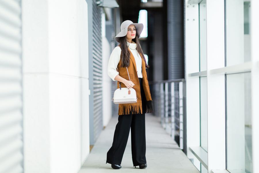 Chaleco largo con flecos de ante look estilo años 70 bolso Coach handbag Crimenes de la moda blog