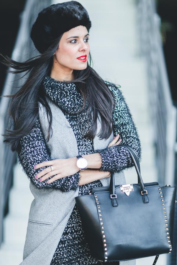 Fur hat gorro de pelo chaleco largo gris vestido de punto bolso Valentino Rockstud negro botas mosqueteras Crimenes de la Moda blog