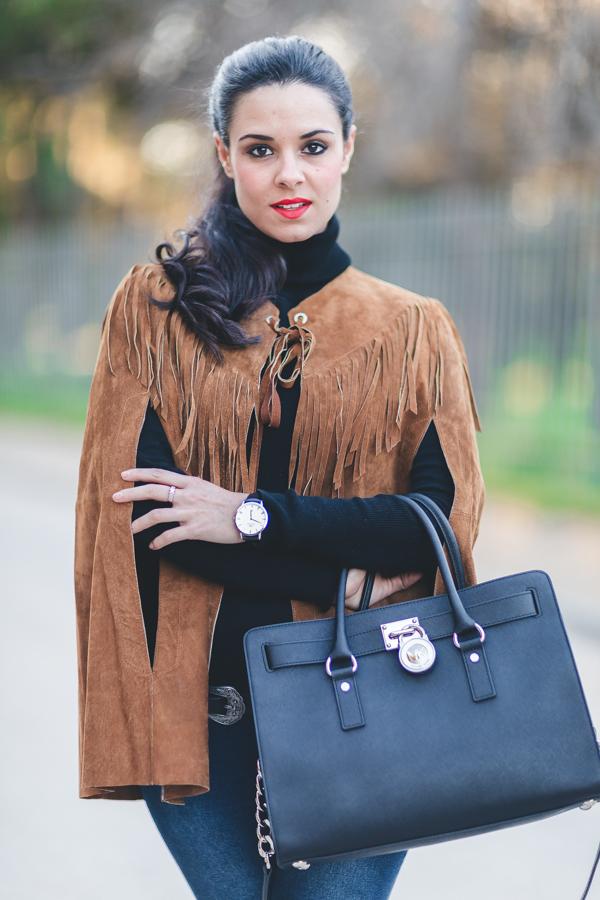 Capa de ante con flecos Zara Fringed suede cape bolso negro Michael Kors Hamilton bag zapatos acordonados Crimenes de la Moda blog