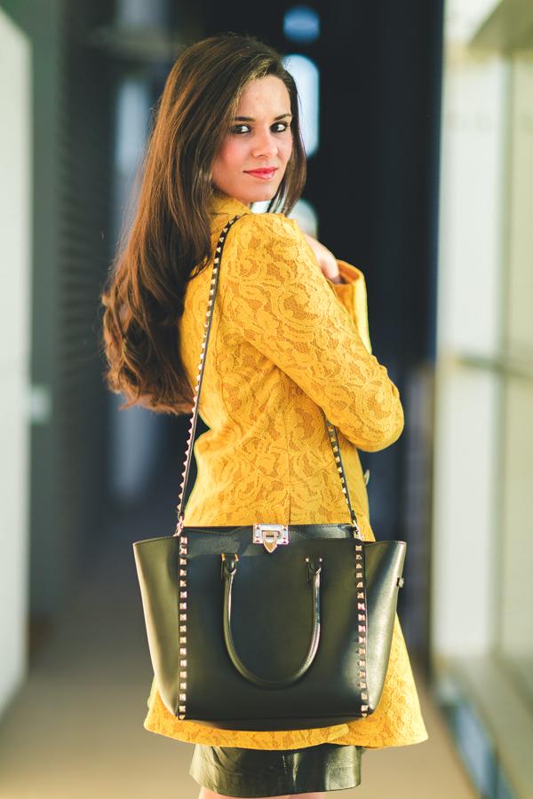 Yellow coat abrigo encaje amarillo Surkana bolso Valentino Rockstud handbag zapatos tacón cordones Zara heel shoes Maison Lancome 2016 Crimenes de la Moda