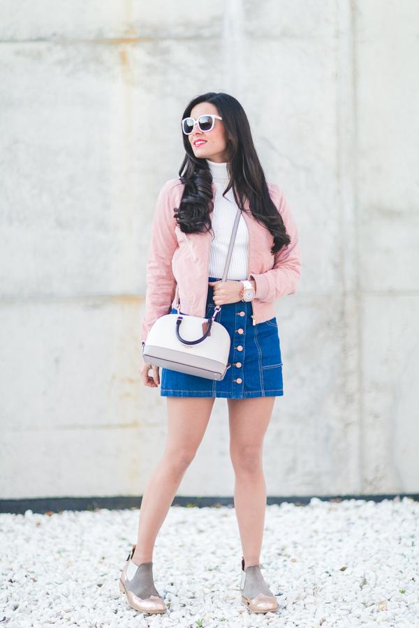 Falda denim con botones denim skirt cazadora rosa de ante Stradivarius bomber jacket bolso Coach handbag botas metalizadas Neon Boots gafas de sol Uterque sunglasses Crimenes de la Moda blog