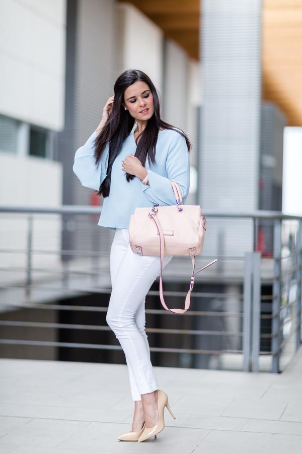 Look con trench Calvin Klein blusa mangas acampanadas azul celeste bolso rosa pastel Marc by Marc Jacobs pink handbag nude stilettos Mas34 Crimenes de la Moda blog Maria Jesus Garnica Navarro