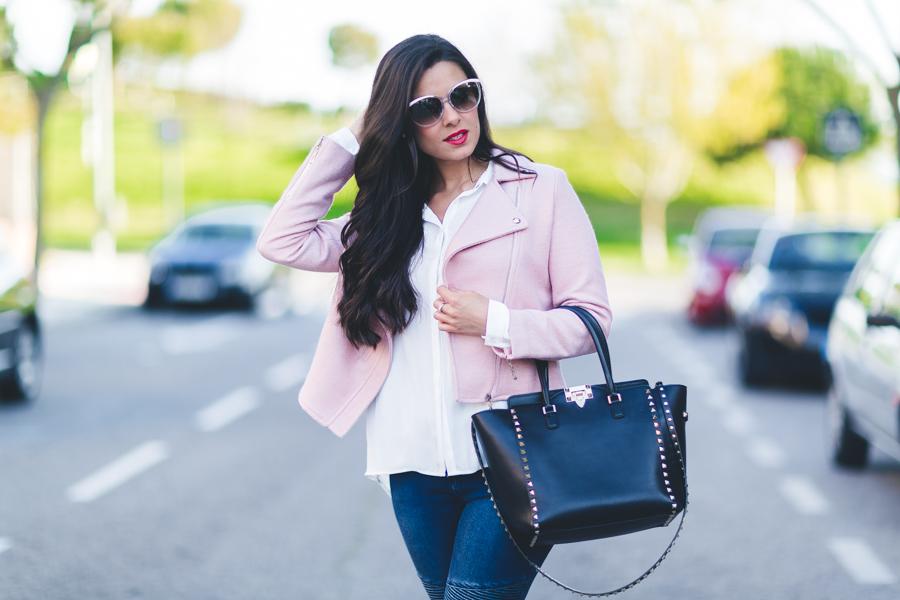 Pink biker jacket cazadora rosa blue jeans Missguided bolso Valentino Rockstud handbag Crimenes de la Moda blog Maria Jesus Garnica Navarro