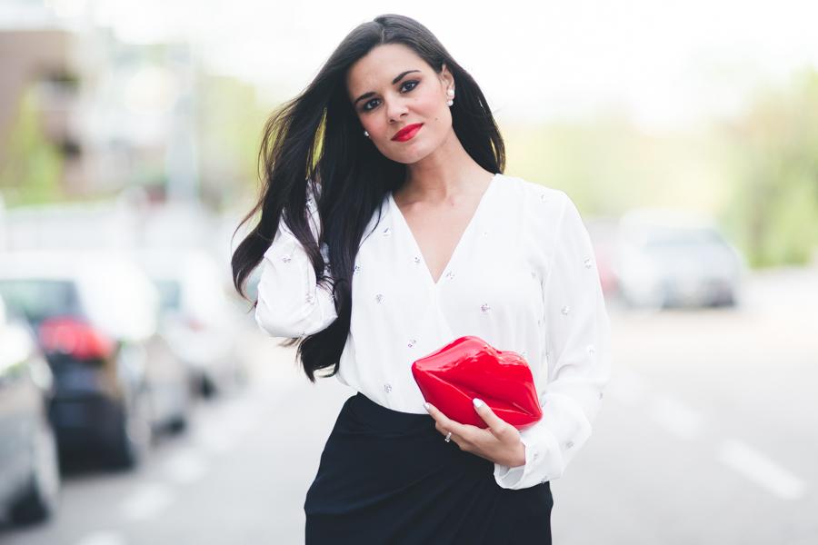 Maxi skirt falda larga negra con apertura blusa blanca white blouse lips clutch con forma de labios zapatos Pedro Miralles shoes Crimenes de la Moda blog Maria Jesus Garnica Navarro