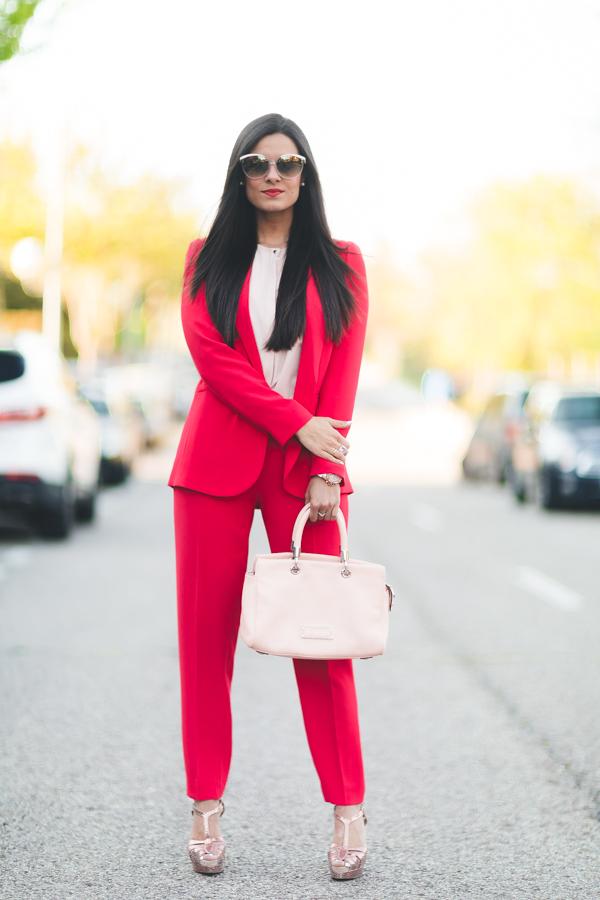 Woman in red look traje de chaqueta rojo Tintoretto El Corte Ingles Marc Jacobs Pedro Miralles Crimenes de la Moda Maria Jesus Garnica Navarro