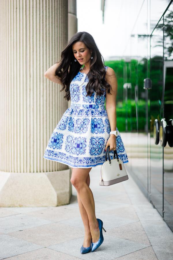 Look para una Comunión vestido porcelana azul blue porcelain dress bolso Coach handbag Crimenes de la Moda blog Maria Jesus Garnica Navarro