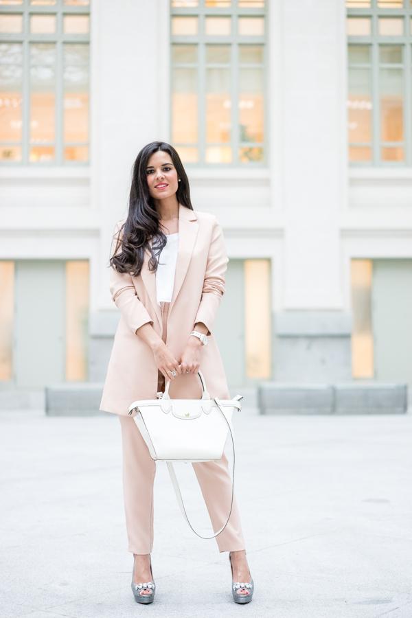 Traje de chaqueta nude suit blazer Missguided bolso Le Pliage Heritage Longchamp handbag Pedro Miralles shoes Crimenes de la Moda blog Maria Jesus Garnica Navarro