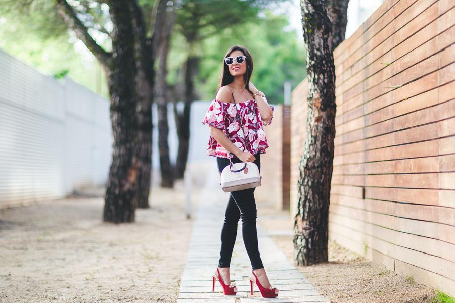 Escote bardot top con los hombros al aire estampado tropical zapatos Pedro Miralles burdeos bolso Coach handbag Crimenes de la Moda blog Maria Jesus Garnica Navarro
