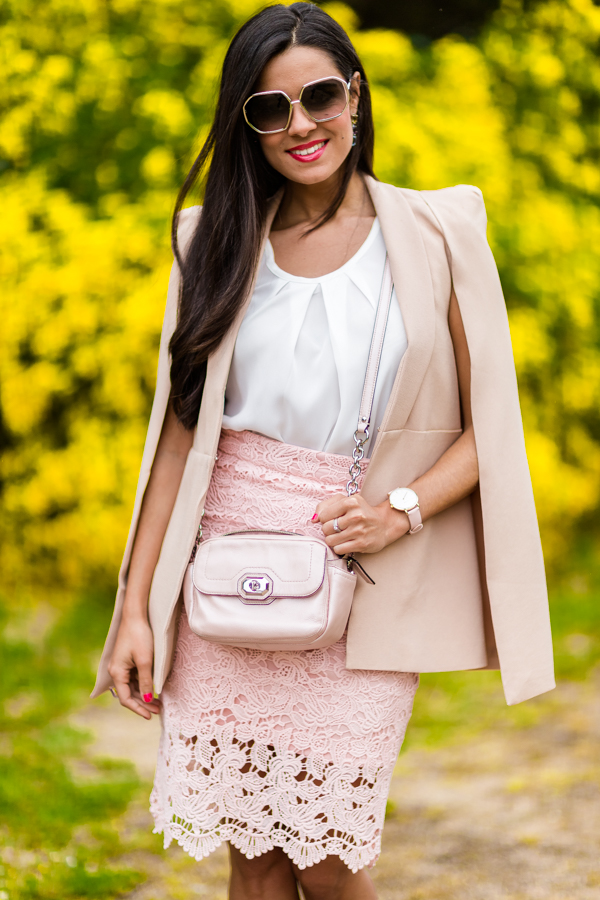 Look para una graduación falda de encaje rosa blazer tipo capa nude zapatos plata bolso Coach Crimenes de la Moda blog Maria Jesus Garnica Navarro