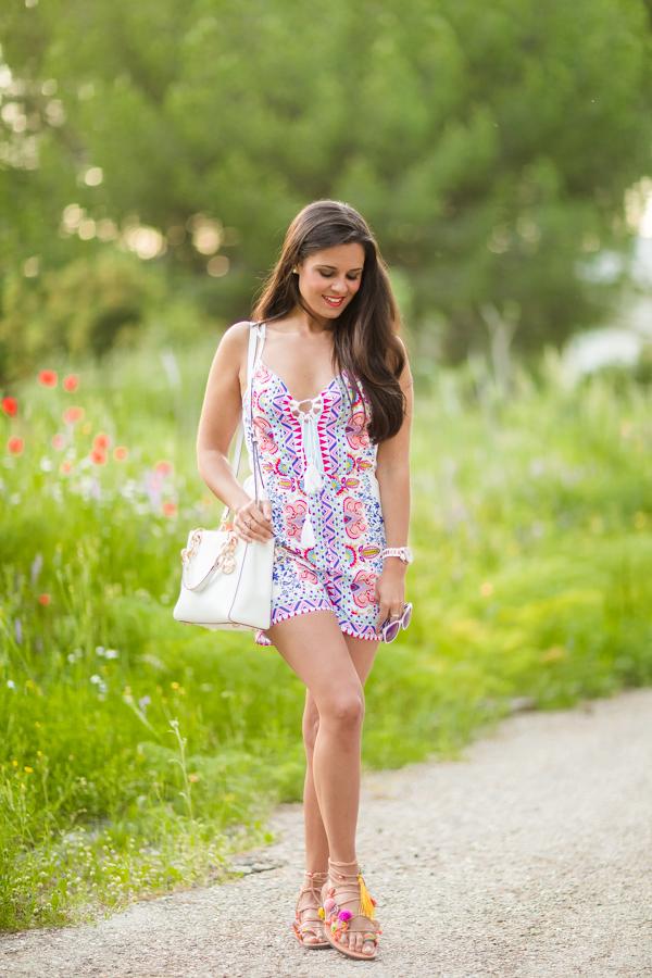 Spring playsuit mono multicolor bolso blanco Michael Kors sandalias estilo boho pompones Crimenes de la Moda blog