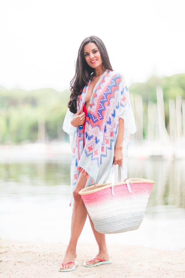 Baywatch style swimsuit traje de baño rojo vigilantes de la playa kimono geometric print caftán con borlas chanclas Havaianas capazo pintado Crimenes de la Moda blog