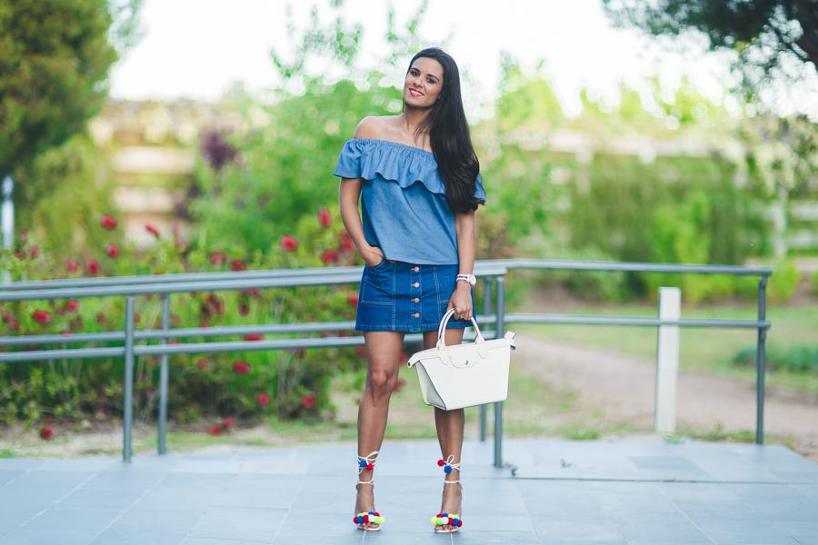 Sandalias con pompones colores total look denim top con volante escote bardot Crimenes de la Moda blog Maria Jesus Garnica Navarro