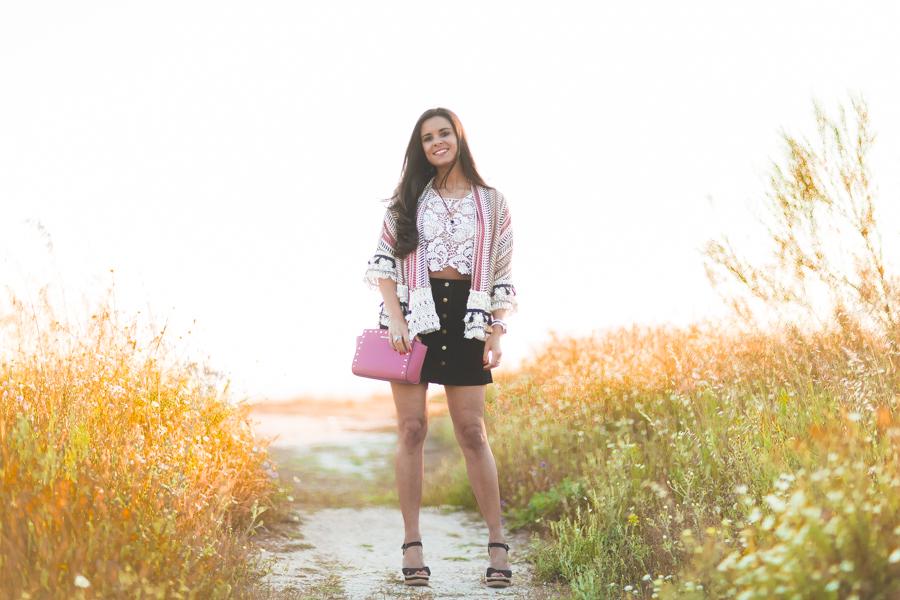 Chaqueta etnica con borlas crop top crochet falda de ante ethnic jacket boho style bolso rosa Michael Kors pink studded handbag Crimenes de la Moda blog Maria Jesus Garnica Navarro