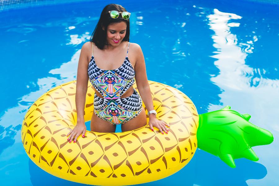 Piña hinchable gigante para playa o piscina Pink Gold Madrid Crimenes de la Moda blog