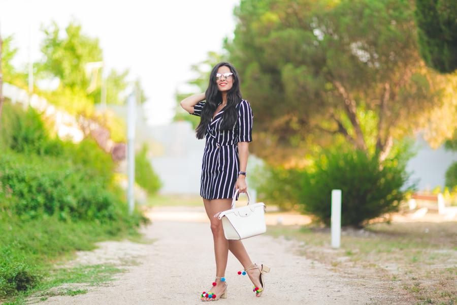 Blazer Playsuit mono con rayas blanco y negro bolso Le Pliage Heritage Longchamp sandalias con pompones de colores Crimenes de la Moda blog Maria Jesus Garnica Navarro