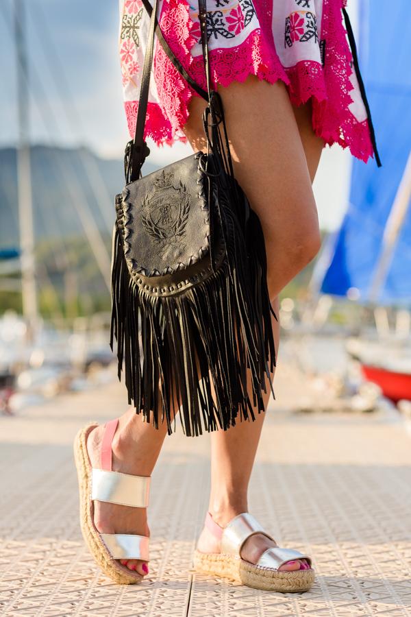 Ethnic kaftan étnico con puntillas Highly Preppy bolso de piel con flecos fringed handbag Crimenes de la Moda blog Maria Jesus Garnica Navarro