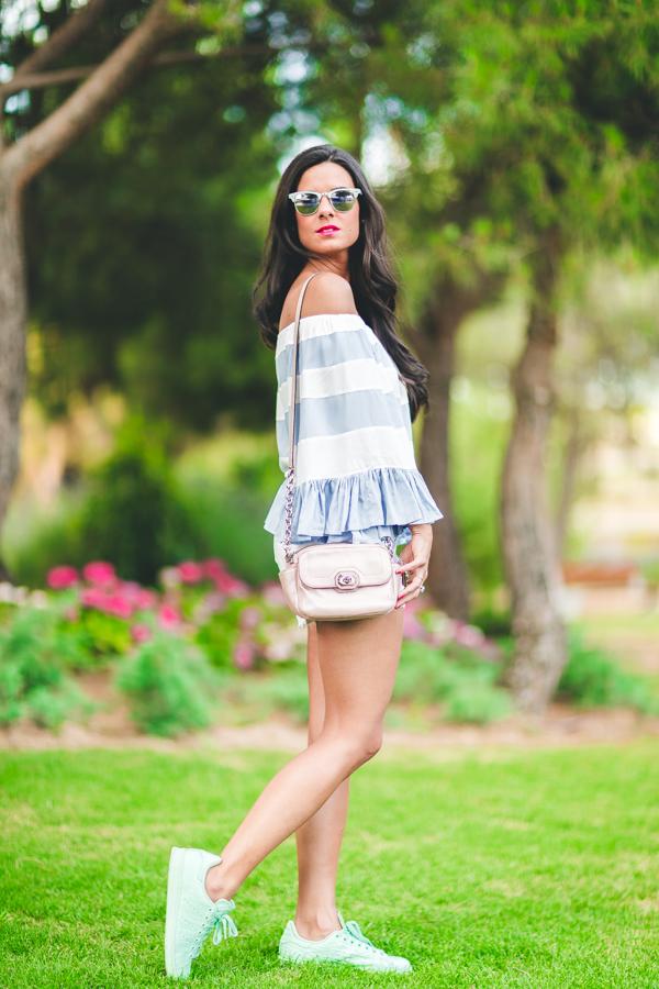 Sport chic look striped blouse blusa con volantes zapatillas deportivas verde mint Adidas para Footlocker bolso rosa Coach pink handbag Crimenes de la Moda blog Maria Jesus Garnica Navarro