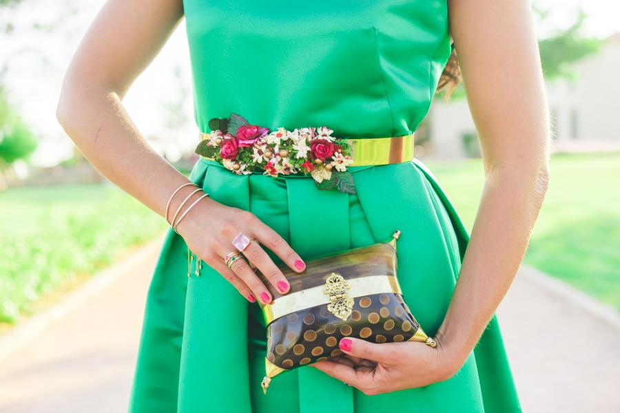 Look invitada boda de tarde noche con vestido largo verde esmeralda Jorge de la Rosa green emerald wedding dress cinturon de flores floral belt Crimenes de la Moda blog Maria Jesus Garnica Navarro