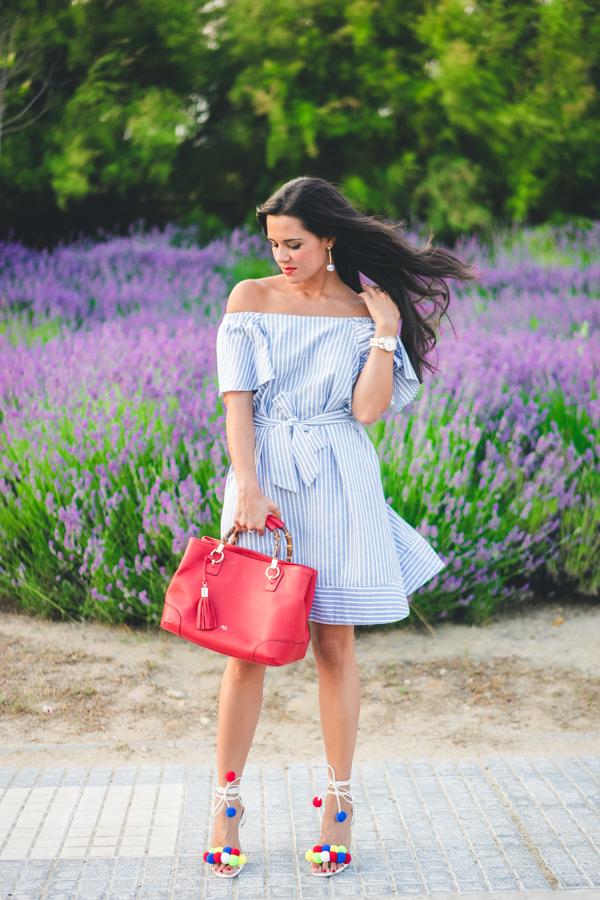 Summer Blue Dress vestido azul con volante y escote bardot sandalias con pompones de colores pompons sandals bolso rojo Purificacion Garcia red handbag Crimenes de la Moda blog Maria Jesus Garnica Navarro