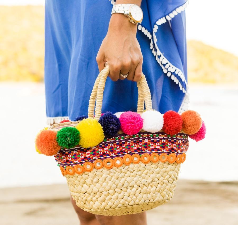 Accesorios con pompones sandalias con cordones capazo customizado DIY pasamanería look con kaftan playa Crimenes de la Moda Maria Jesus Garnica Navarro