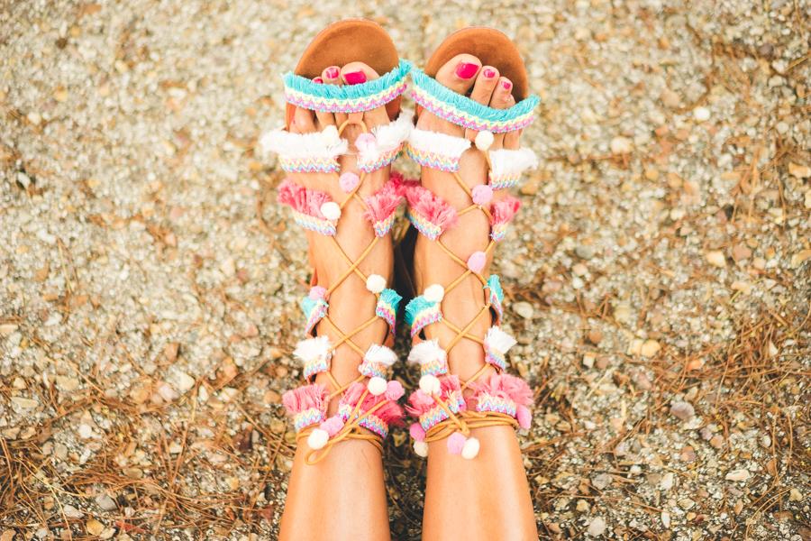 Sandalias boho DIY pompon sandals vestido blanco ibicenco Chicwish white beach dress maxi bolso étnico multicolor Surkana Crimenes de la Moda blog Maria Jesus Garnica Navarro