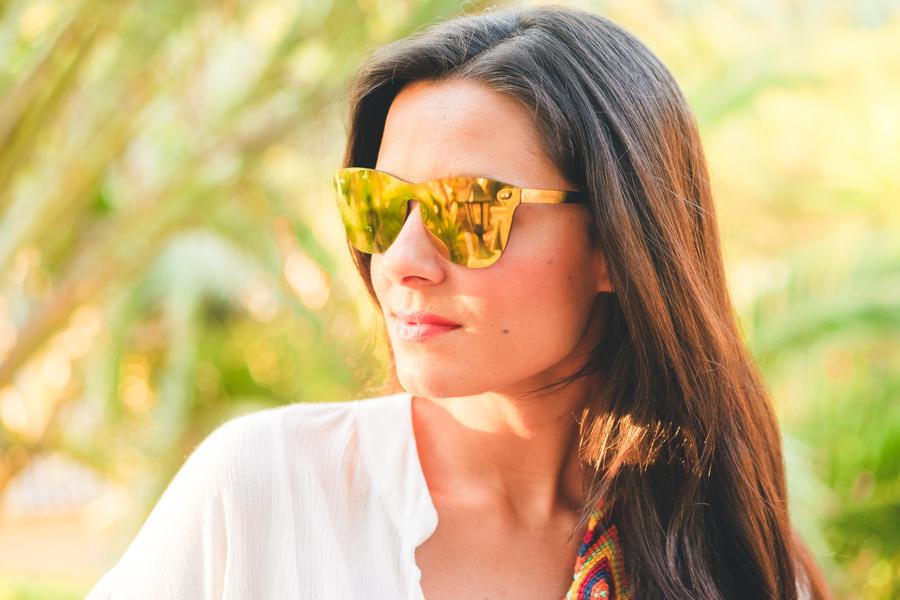 Accesorios chic para el verano bolso wayuu zapatillas deportivas doradas Superga blusa de mangas abullonadas gafas de sol espejo Carrighan Crimenes de la Moda blog Maria Jesus Garnica Navarro