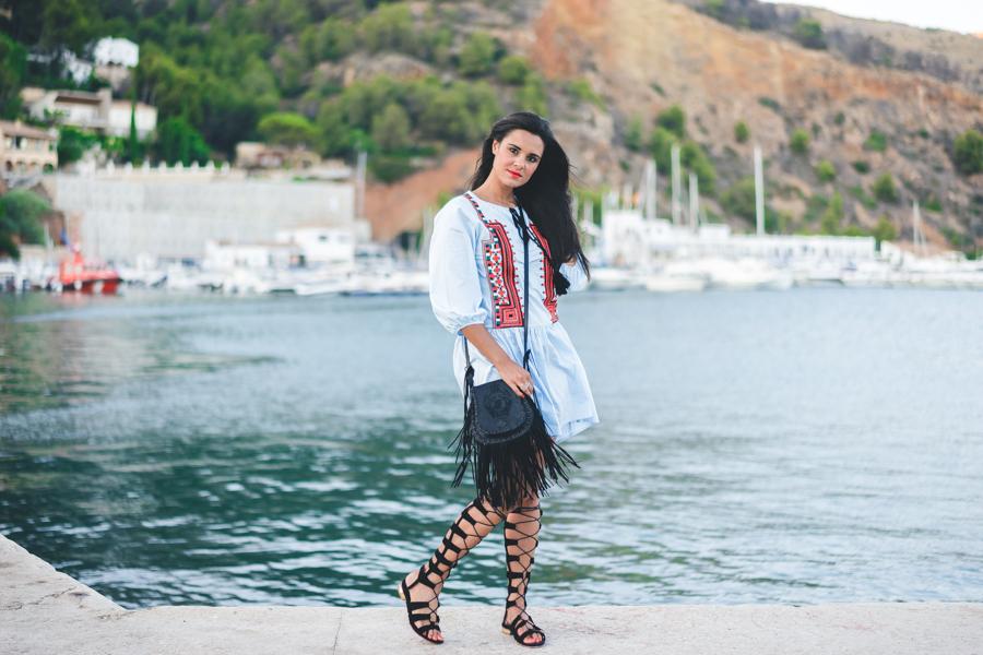 Sandalias gladiadoras Choies vestido bordado mangas abullonadas bolso de flecos piel Highly Preppy Crimenes de la Moda blog Maria Jesus Garnica Navarro