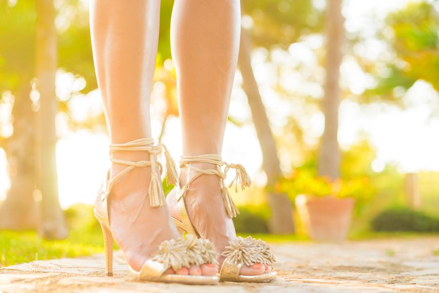 Vestido de flores estilo lady con hombros al aire Molupita bolso piel dorado DKNY sandalias de tacón con cordones Pedro Miralles Crimenes de la Moda blog Maria Jesus Garnica Navarro