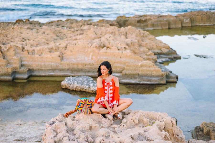 Orange Beach Dress vestido de playa naranja con hombros al aire sandalias plata Neon Boots bolso wayuu bag Crimenes de la Moda blog Maria Jesus Garnica Navarro