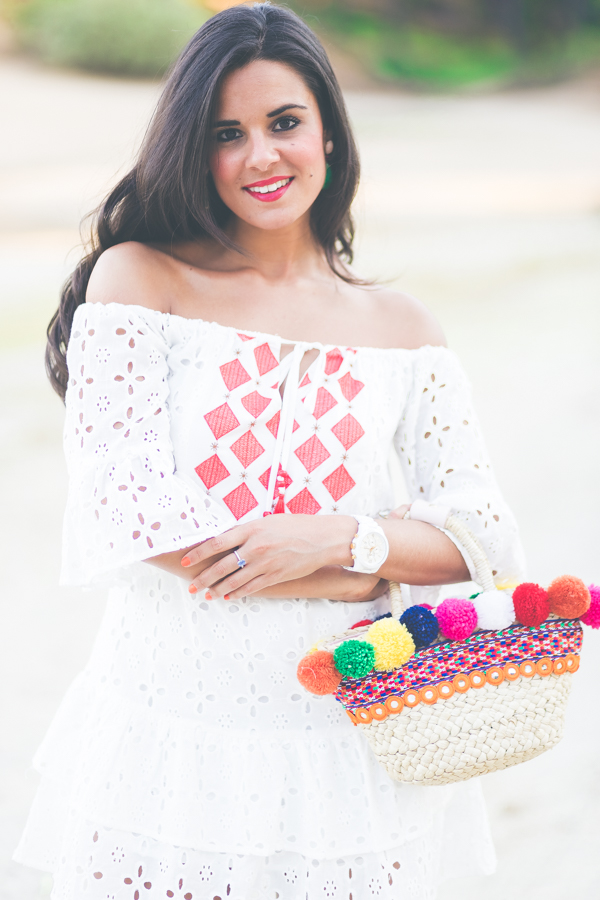 Summer White Dress vestido blanco ibicenco hombros descubiertos capazo DIY con pompones pompons bag sandalias gladiadoras Zara sandals Crimenes de la Moda blog Maria Jesus Garnica Navarro