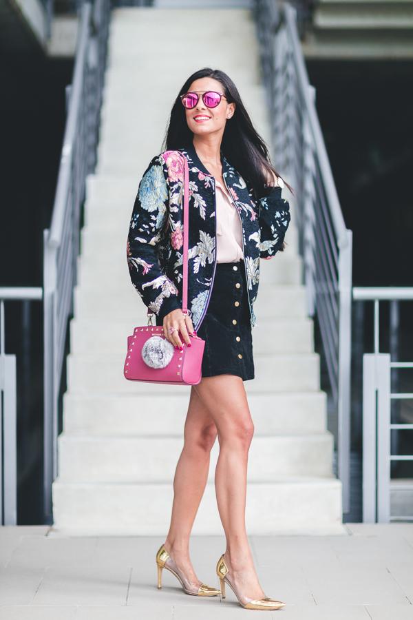 Bomber con flores bordadas Miss Guided bolso rosa Michael Kors pink handbag pompon pelo gris gafas de sol Sunrays Crimenes de la Moda blo Maria Jesus Garnica Navarro