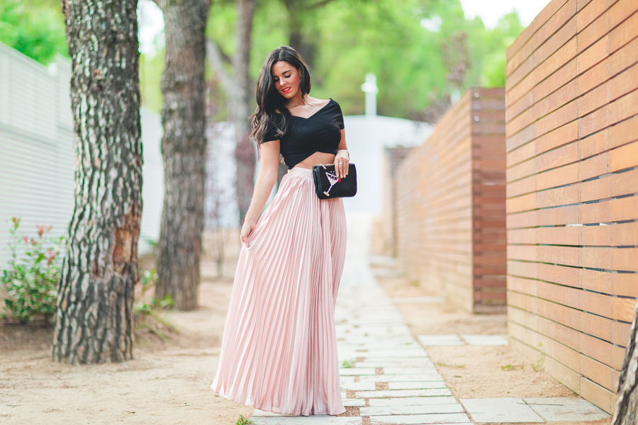 ELLE & DKNY party look falda larga plisada rosa palo pink dust pleated long skirt crop top Crimenes de la Moda blog Maria Jesus Garnica Navarro