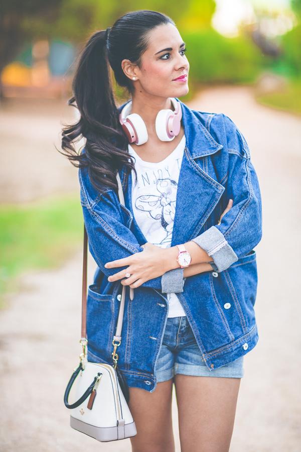 Sport chic total denim look deportivas Reebok classic pink gold nude Foot Locker auriculares Urbanista headphones Crimenes de la Moda blog Maria Jesus Garnica Navarro