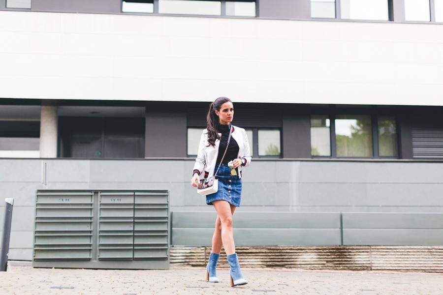Silver bomber jacket falda de botones botines denim booties bolso parches DIY Crimenes de la Moda blog Maria Jesus Garnica Navarro