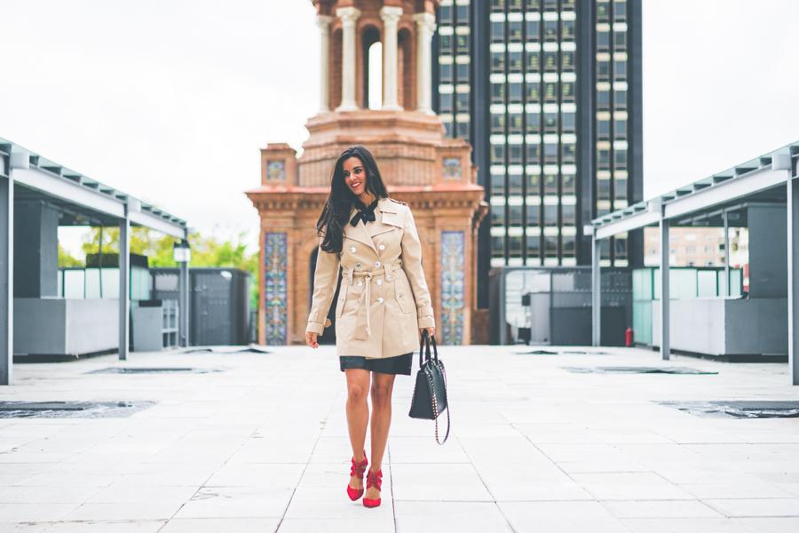 Preppy girl blusa con volantes y lazada falda de cuero negra bolso tachuelas Valentino Rockstud black bag zapatos Keli & Salo Crimenes de la Moda blog Maria Jesus Garnica Navarro