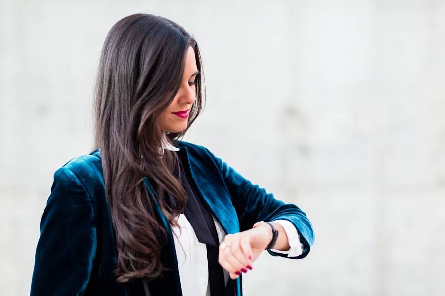 Chaqueta terciopelo velvet jacket falda plisada pleated skirt brazalete Elena C &Other Stories Crimenes de la Moda blog Maria Jesus Garnica Navarro
