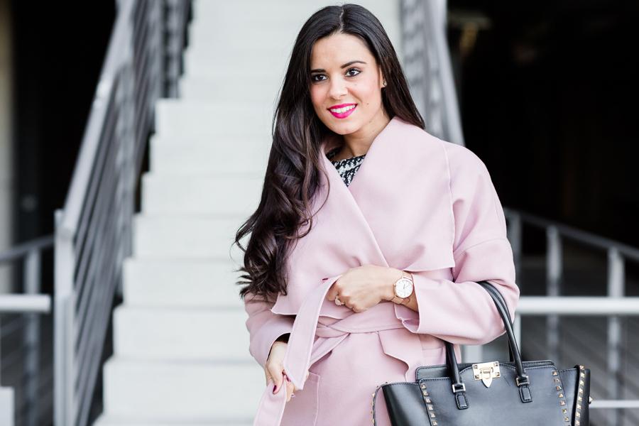 Pink coat abrigo rosa vestido mangas con volantes gris lady look Crimenes de la Moda blog Maria Jesus Garnica Navarro