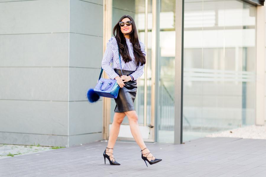Camisa volantes look lady bolso con maxi pompón de pelo Crimenes de la Moda blog Maria Jesus Garnica Navarro
