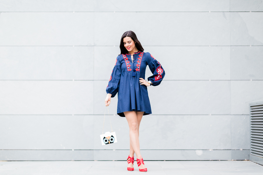 Vestido azul con zapato rojo