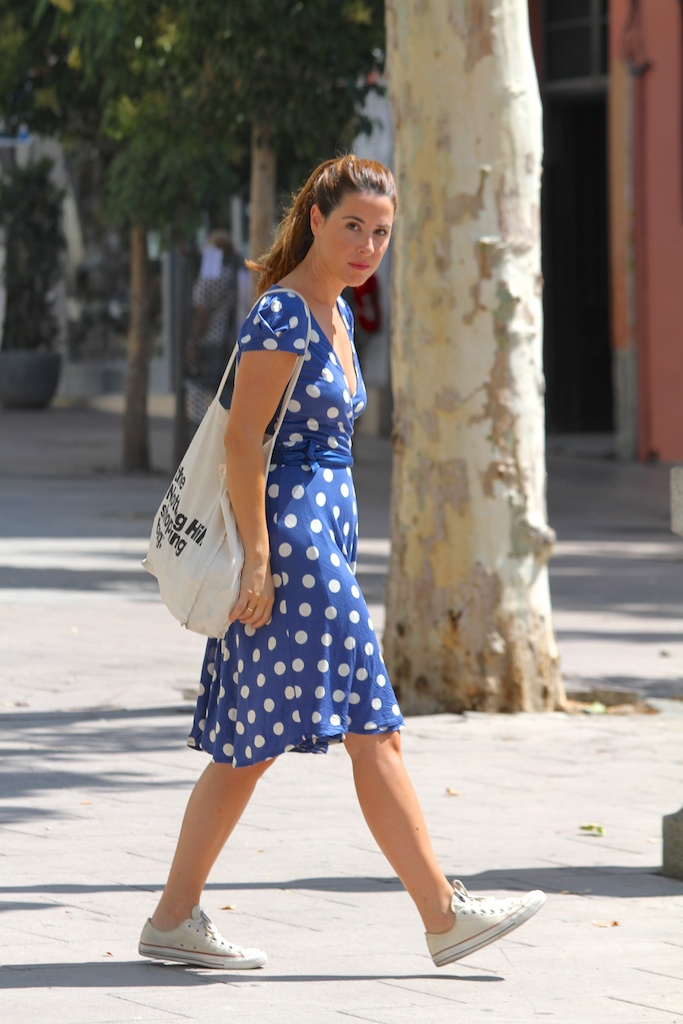 polka dots dress+converse.descalzaporelparque-