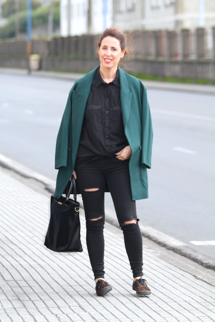 black, jeans, ASOS,green coat,leopard sneakers , tote bag MARIAMARE, fashion, streetstyle,descalzaporelparque