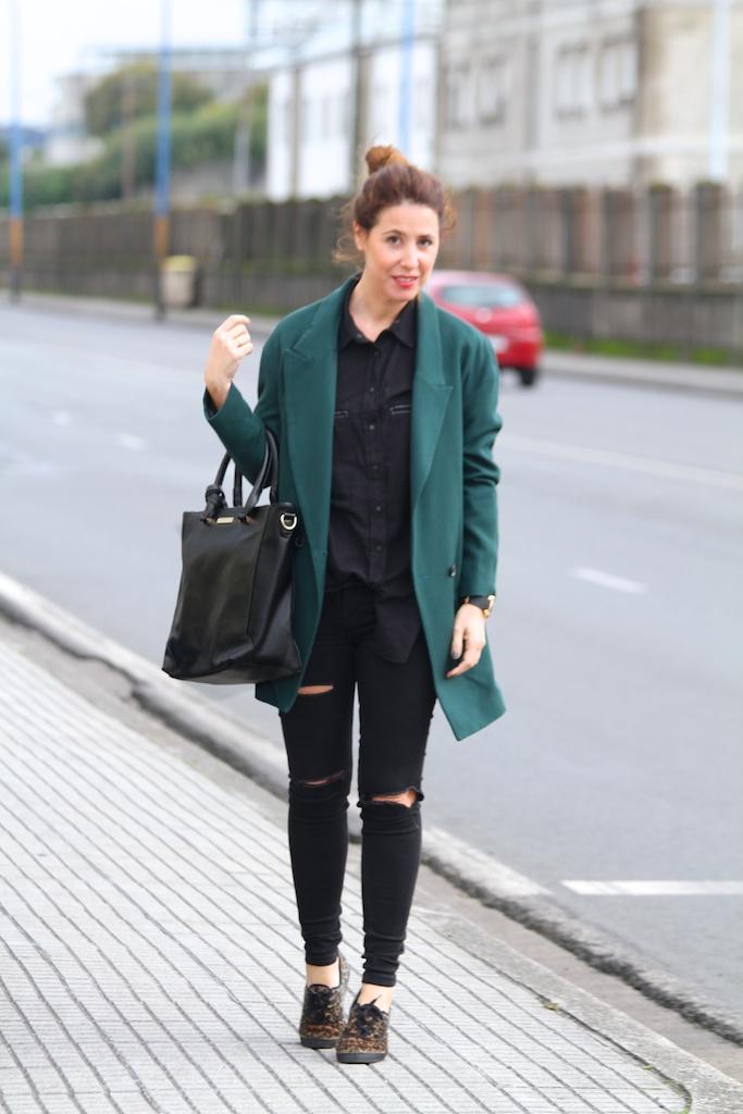 black, jeans, ASOS,green coat,leopard sneakers , tote bag MARIAMARE, fashion, streetstyle,descalzaporelparque