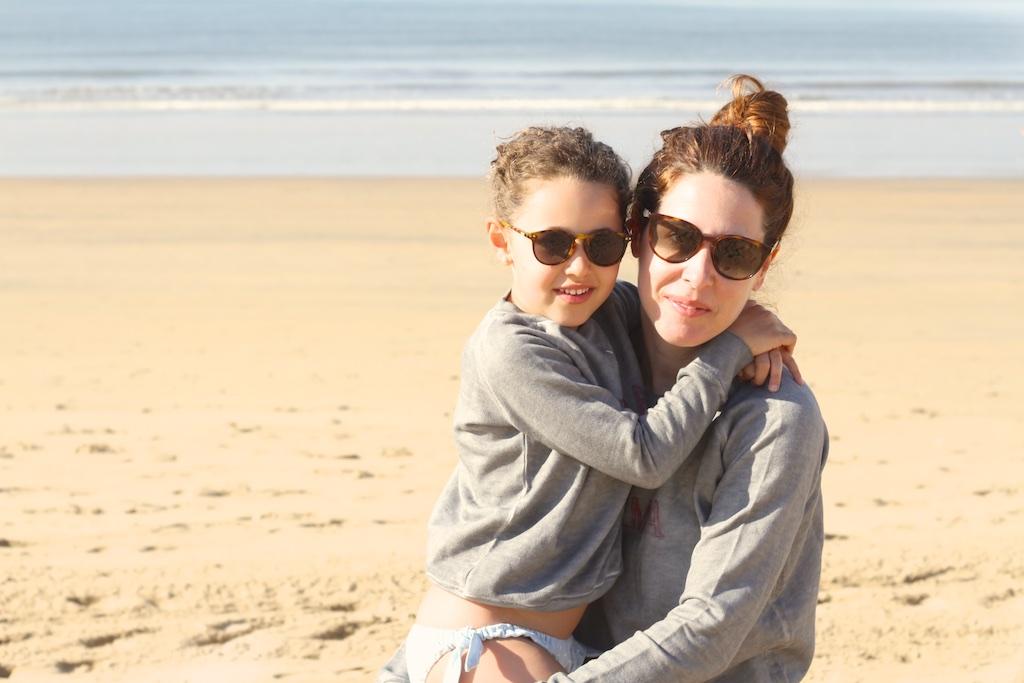 -playa-MiniMe-madre-hija-beach-descalzaporelparque-