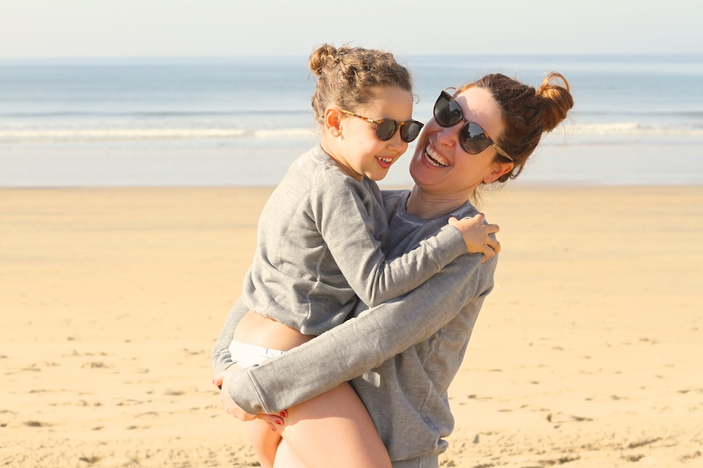 MiniMe-madre-hija-céline-beach-sunglasses-kids-mommyblogger-descalzaporelparque-playa-niños