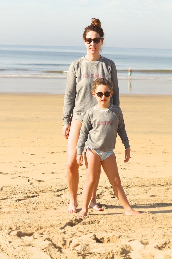 fashion-blogger-descalzaporelparque-playa-niños-MiniMe-madre-hija-céline-beach-sunglasses-kids-mommyblogger-