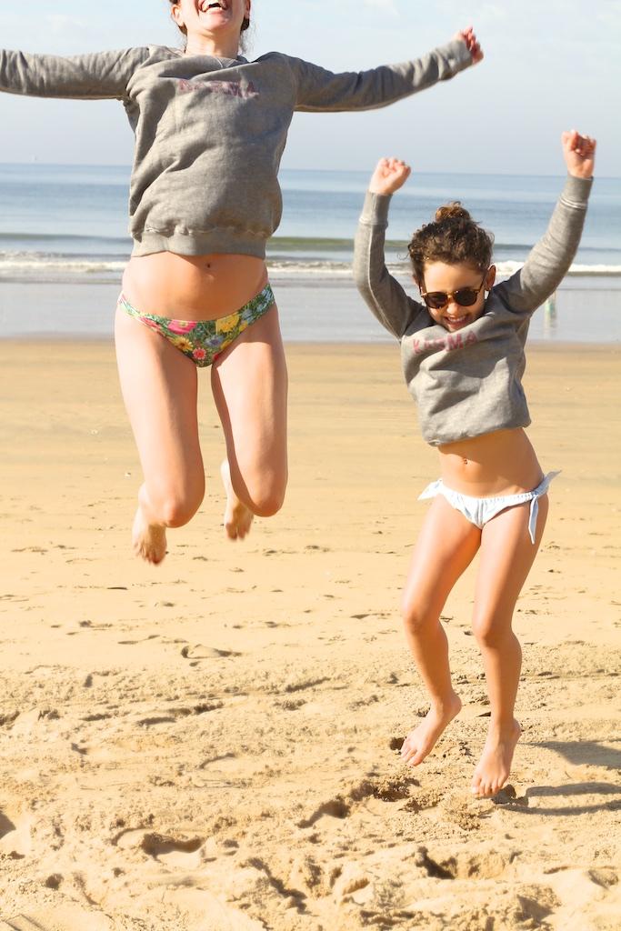 smile-jump-playa-MiniMe-madre-hija-beach-descalzaporelparque-