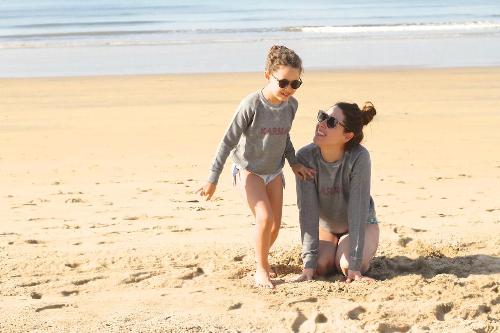 kids-mommyblogger--descalzaporelparque-playa-niños-MiniMe-madre-hija-céline-beach