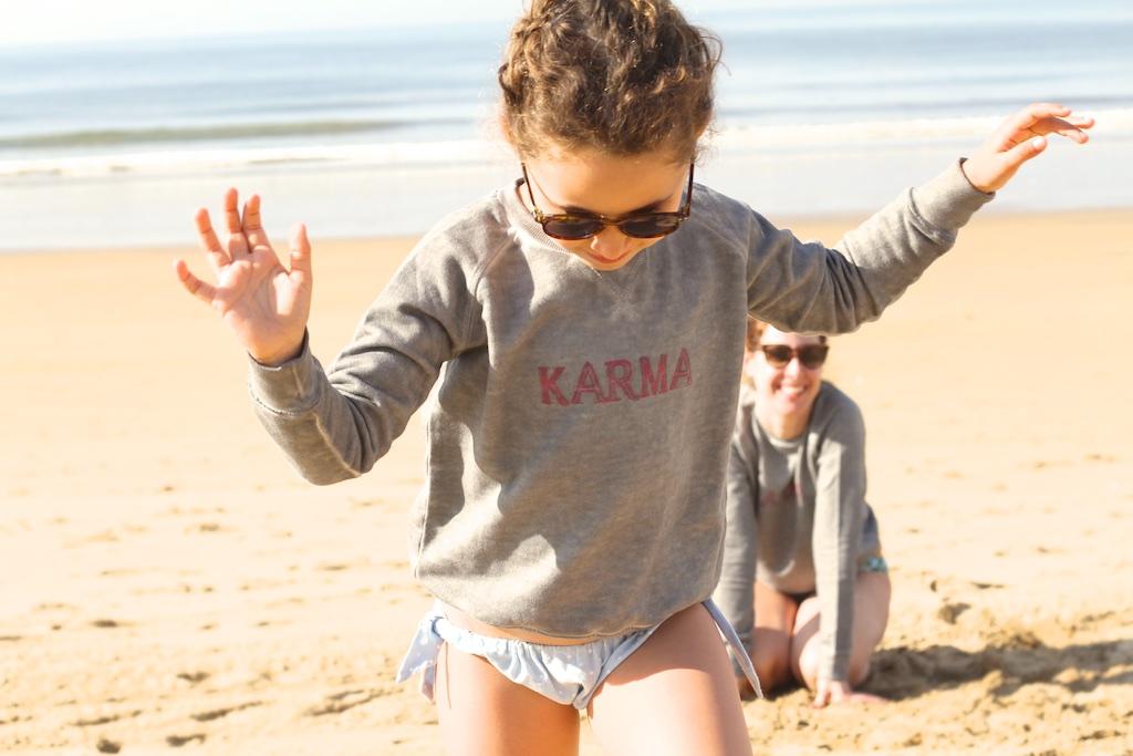 JIMENA-fun-kids-mommyblogger--descalzaporelparque-playa-niños-MiniMe-madre-hija-beach