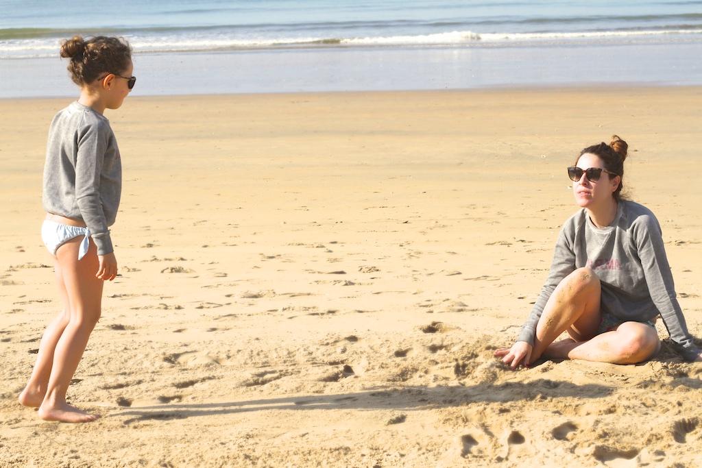 style-viajar-con-niños-JIMENA-fun-kids-mommyblogger--descalzaporelparque-playa-MiniMe-madre-hija-beach