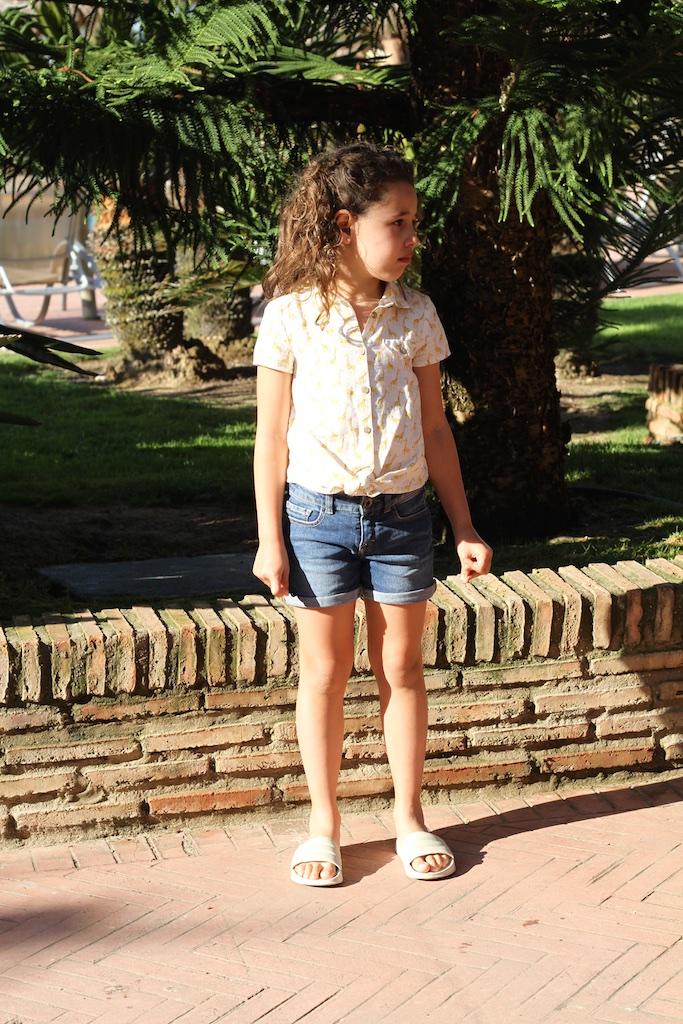 Giraffe-print-linen-shirt-sandals-zara-kids-miniblogger-descalzaporelparque